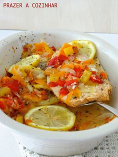 Ensopado de peixe, com pimentos, cenoura e tomate