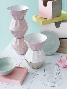 DIY: Bordskivan LINNMON har uppdaterats med inspiration från vanligt standardkakel. Serien STROSA har fina skålar, assietter och tallrikar i en ljus turkos nyans och skålarna POKAL finns i rosa, beige och vitt.