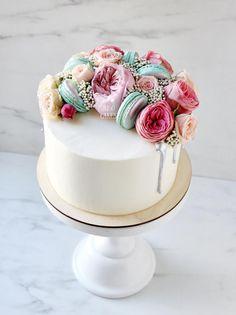Внутри у этого трогательного красавца легкий и нежный бисквит из чёрной смородины и мусс из неё же. Лаймовые макаронс цвета тиффани, розы Афродиты, пионовидные розы Дэвида Остина, озатамнус и серебряные акценты. Автор instagram.com/juso.cakes
