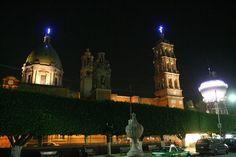 Una vista de noche la catedral de celaya