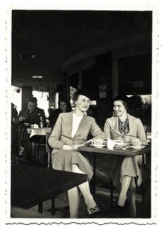 https://flic.kr/p/84HtiW | A nice chat at the café - Sept. 1935 | Print bought in an antique store in Paris. The reverse side reads : ''Sept. 1935''