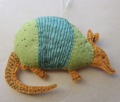 This guy was inspired by a vintage illustration, retro colors and details. Armadillo, Felt Diy, Felt Crafts, Felt Animals, Animals For Kids, Stuffed Animal Patterns, Dinosaur Stuffed Animal, Felt Ornaments, Ornaments Ideas