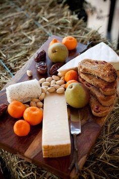 A rustic cheese display is a welcome treat and makes the perfect starter course for a no-fuss wedding theme. Set up a display of at least three different cheeses, toasted bread and fresh fruits for an appetizer that's seasonal and down-right delicious. Diy Wedding Menu, Rustic Wedding, Wedding Ideas, Wedding Stuff, Fruit Wedding, 2017 Wedding, Wedding Table, Cheese Display, Fruit Appetizers