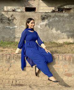 Ladies Suits Indian, Suits For Women, Pakistani Kurta, Pakistani Dresses, Punjabi Suits, Salwar Suits, Unique Dresses, Stylish Dresses, Kurti Back Neck Designs
