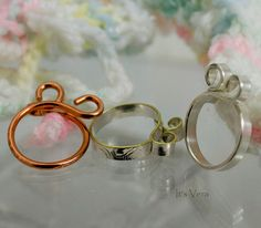 This is a great crochet ring or knitting ring that easily keeps the yarn in one place on your finger. This ring keeps good tension and can be worn on any finger on either hand. Knit and crochet faster and more easily. Wear it on the finger you usually wrap the yarn around for comfortable