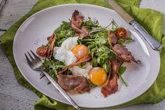 Zöldsaláta - lágytojással és sonkachips-szel   Értelmezzük újra a ham&eggs-t és kóstoljuk meg ezt a finomságot. Most koncentráljunk az ízekre, a saláta, a lágytojás, a sonkachips külön-külön is nagyon ízletes, ám együttesen fogyasztva egy diétás mennyei csoda vacsora. A fogás nagyszerűsége egyszerűségében rejlik: nincsenek blikkfangok az elkészítésben, vagy éppen furmányos összetevők. Ismerjük meg, kóstoljuk meg, szeressük meg! Ethnic Recipes, Food, Essen, Meals, Yemek, Eten