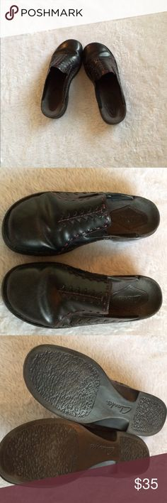 Clarke black leather w/Maroon stitching miles 8W 🎉Worn a couple of times 🎉Very comfortable 🎉Please ask questions or for additional pics🎉No trades or other apps🎉Bundle for discount🎉Sz 8wide Clarkes Shoes Mules & Clogs