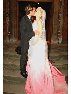 La robe de mariée de Gwen Stefani  Pour son mariage en 2002 avec Gavin Rossdale, Gwen Stefani a choisi à John Galliano. Le designer a imaginé un dégradé de rose sur le bas de la robe contrastant avec le haut blanc et le voile brodé. Un modèle à la touche punk qui correspond parfaitement à l'image de la chanteuse.