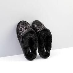 Zapatilla de Casa lentejuelas color negro. Un toque sofisticado.