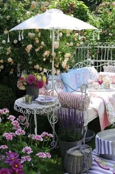 a lovely space to sit and read  Ax Shabby Chic Decor, Porches, Outdoor Furniture Sets, Outdoor Living, Relax, Interior Garden, Bombshells, Gardens, Front Porches