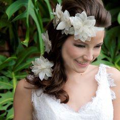 A headband para noivas Vivian é feita em cetim com detalhes de três flores feitas à mão em cetim e chiffon e pode ser usada como faixa, tiara ou testeira. Foto: Taciana Valadares www.mercedesalzueta.com.br