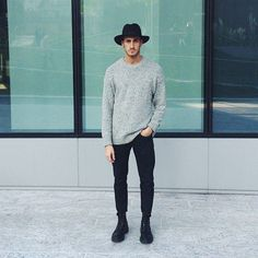 Chapeu mara! Mais calça apertada oque é legal a Blusa cinza solta por cima dos quadris e botas pretas Mara!