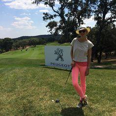 María León con look de golf, pantalones naranja flúor de Maison Scotch para Papaya, camiseta de The Hip Tee, zapatillas de Hakei, bolso de Susuu y pulseras de Ibiza Passion