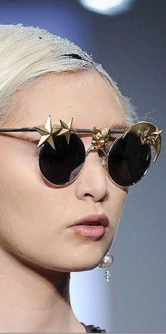 Interesting novel detailing highlighted by the simple fine structure of the rest of the sunglasses. Funky Glasses, Eye Glasses, Round Sunglasses, Sunglasses Women, Use E Abuse, Shady Lady, Touch Of Gold, Magnolias, Golden Girls