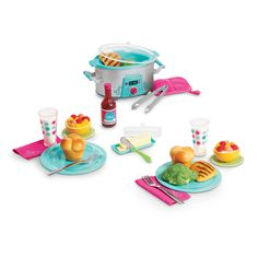 American Girl – Slow Cooker Dinner Set – Truly Me 2015 - American Girl Dolls All American Girl Dolls, American Girl Food, American Girl House, American Girl Crafts, American Girl Accessories, Baby Doll Accessories, Poupées Our Generation, Diy Karton, Doll Food