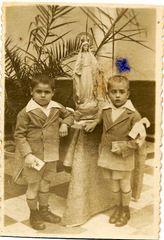 Detalle de dos niños en el día de su primera comunión en la Casa de Maternidad, 1934