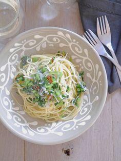 パスタは表示時間より少しだけ短く茹でてアルデンテに仕上げるのがポイント。お好みでおいしいオリーブオイルをたっぷりかけて召し上がれ。  『ELLE a table』はおしゃれで簡単なレシピが満載!