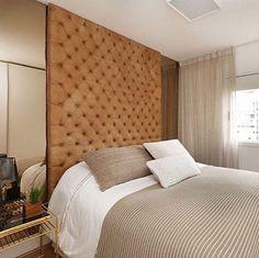 Quarto l Cabeceira com capitonê caramelo e espelhos bronze, ficaram sensacionais!!! Projeto @casa2arquitetos e  @mariana_orsi #bedroom #quarto #homedecor #instahome #photo #home #foto #arquitectura #like #blogger #instadaily #interiors #archidaily #luxuryhomes #decor #chic #goodnight #boanoite #decoracion #project #archlovers #instalike #designdeinteriores #blogfabiarquiteta #fabiarquiteta  Blog www.fabiarquiteta.com
