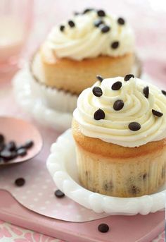 Katherine & Sophie From DC Cupcakes Share Two Amazing Cupcake Recipes - vanilla chocolate chip and toffee Cookie Desserts, Cupcake Cookies, Just Desserts, Delicious Desserts, Dessert Recipes, Cannoli Cupcake, Chocolate Chip Cupcakes, Vanilla Chocolate Chip Cupcake Recipe, Toffee Cupcakes