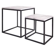 Stoned heeft twee soorten bijzettafels. Een stoere tafel van marmer en ruw staal en een meer vrouwelijke tafel van recycled hardhout en een rond marmer blad.