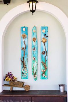 nice idea - made with Painted old wood and stones - Stone Crafts, Rock Crafts, Arts And Crafts, Rock Flowers, Rock And Pebbles, Seashell Art, Sea Glass Art, Pallet Art, Driftwood Art