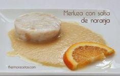 Un plato muy sencillo, bajo en calorías, de fácil elaboración y con un resultado estupendo. El pescado se cuece al Varoma al tiempo que la salsa de naranja, una salsa muy suave, que sabe a zumo, y a los niños les encanta.