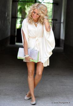 Me encanta como viste esta chica. Un vestido muy bonito.