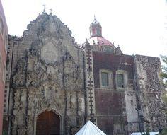 La fachada churrigueresca de la capilla, construida por Lorenzo Rodríguez, es hoy la principal entrada de la iglesia del antiguo convento. Se trata de una mezcla de estípites y hornacinas que rigen la totalidad de la composición, muy intrincada, casi extravagante y verdadero retablo de piedra.