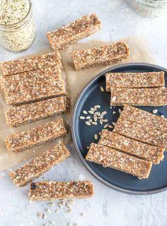 Vegan Healthy Homemade Energy Bars with Hemp Seeds and Sunflower Seeds Real Food Recipes, Sweet Recipes, Vegan Energy Bars, Key Lime Pie Bars, Peanut Butter Protein Bars, Vegan Snacks, Protein Snacks, Vegan Treats, Healthy Snacks