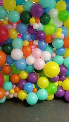 Organic balloon wall DIY learn how : This beautiful balloon wall was made with love bt my students .learn how to make these and more balloon art .Join our class and have fun plus network with others to build your small business Balloon Arch Diy, Balloon Backdrop, Balloon Columns, Balloon Wall, Balloon Garland, Cheap Party Decorations, Diy Birthday Decorations, Birthday Party Themes, Themed Parties