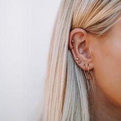 delicate earrings, multiple earrings in one ear, multiple ear piercings, dainty gold earrings, Piercing types Cute Ear Piercings, Multiple Ear Piercings, Cartilage Piercings, Unique Piercings, Mouth Piercings, Ear Jewelry, Jewelry Accessories, Jewellery, Jewelry Ideas