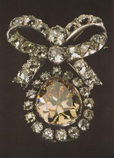 alfinete - séc.XVIII.Ouro, prata, diamantes. Brilhante central amarelo torrado (31,93 quilates)