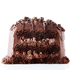 This Chocolate Rice Krispie Crunch Cake recipe is a tri-layered fudgy chocolate cake that& filled with chocolate-coated rice krispies and slathered with creamy, smooth chocolate frosting. Chocolate Rice Krispie Cakes, Chocolate Chip Cookie Dough, Decadent Chocolate, Chocolate Desserts, Chocolate Frosting, Chocolate Crunch, Chocolate Pavlova, Chocolate Lovers, Chocolate Chips