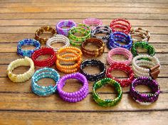 spiral seed beads rings - try the colored wire I have at home Memory Wire Rings, Wire Jewelry Rings, Memory Wire Jewelry, Seed Bead Jewelry, Memory Wire Bracelets, Wire Earrings, Seed Beads, Jewellery, Diy Beaded Rings