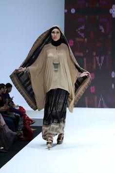 "Ida Royani ""West to East"", Indonesia Islamic Fashion Fair 2013 Batik Fashion, Abaya Fashion, Modest Fashion, Fashion Pants, Fashion Dresses, Kebaya Muslim, Muslim Dress, Moslem Fashion, Islamic Fashion"