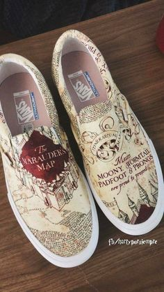 Mode Harry Potter, Harry Potter Shoes, Harry Potter Girl, Harry Potter Style, Harry Potter Hermione, Harry Potter Outfits, Painted Sneakers, Painted Shoes, Fresh Shoes