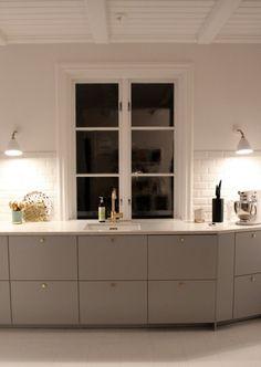 Ikea veddinge grå lucka, bänkskiva kvarts, vit ho, kran i mässing
