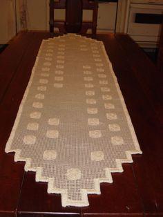 Caminho de mesa, tela bordada com barbante, execução Valesca Mitchiguian