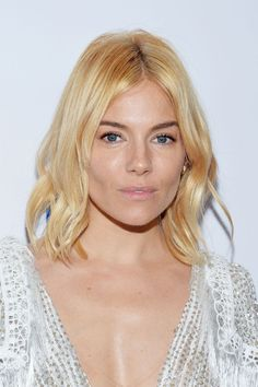 Sienna Miller Hair And Hairstyles Vogue Covers And Red Carpet | British Vogue Blonde Waves, Pale Blonde, Blonde Curls, Kendall Jenner, Taylor Swift, Alexa Chung, Jennifer Aniston, Sienna Miller Pelo, Kim Kardashian