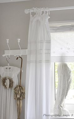 love this look ♥ Shabby Chic Decor, Shabby White, Curtains, White Curtains, Cottage Decor, Shabby Chic Bathroom, Tie Top Curtains, Shabby Chic Homes, Shabby Chic Curtains