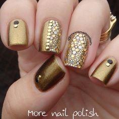 uñas doradas con accesorios                                                                                                                                                                                 Más