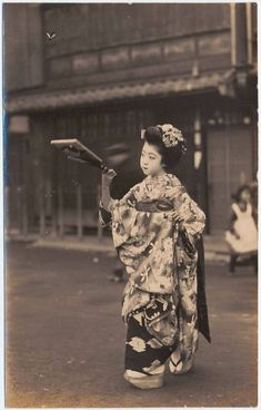 """Maiko (adolescent indentured to a geisha house since early childhood) """"playing"""" battledore and shuttlecock for the camera. Japanese History, Japanese Beauty, Japanese Culture, Japanese Kimono, Japanese Girl, Vintage Abbildungen, Japan Art, Vintage Pictures, Vintage Photographs"""