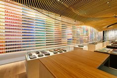 Thousands of pigments fill glass vials below the slatted wood ceilings of the new concept Pigment, an art supply laboratory and store that just opened in Tokyo by company Warehouse TERRADA. The store design was created by architect Kengo Kuma. Kengo Kuma, Shop Interior Design, Retail Design, Store Design, Design Market, Japan Design, Japanese Painting, Japanese Art, Japanese Store