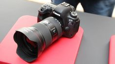 함께 공개된 보급형 풀프레임 카메라, EOS 6D 마크Ⅱ다.