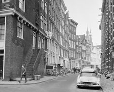 1965  De gehele noordkant van de straat werd in 1970 gesloopt om ruimte te maken voor een nieuwe brede autoweg.    Haarlemmer Houttuinen in 1965