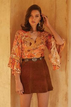Vintage V-Neck Geisha Top – Azokoe 70s Outfits, Hippie Outfits, Vintage Outfits, Cute Outfits, Fashion Outfits, Fashion Trends, Vintage Clothes 70s, Vintage Shorts, 70s Inspired Fashion