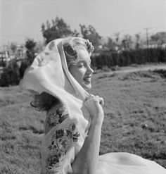 Newly signed Century-Fox contract girl Marilyn Monroe poses for a portrait in 1947 in Los Angeles, California. Get premium, high resolution news photos at Getty Images Howard Hughes, Joe Dimaggio, Classic Hollywood, Old Hollywood, 20th Century Fox, Norma Jean Marilyn Monroe, Norma Jeane, Beautiful Soul, Beautiful Women