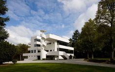 Здание «Villa Dirickz» находится в Sint-Genesius-Rode, пригороде Брюсселя, и было выстроено в период с 1929 по 1933 года. Создателем этого строительного проекта был узнаваемый бельгийский конструктор