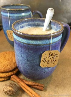 Maple Chai Tea Latte is a spicy, comforting hot drink for chilly winter days. Chai tea leaves are steeped in milk with pure vanilla maple syrup! Yummy Drinks, Healthy Drinks, Healthy Snacks, Chaï Tea Latte, Pumpkin Spice Tea, Te Chai, Cheers, Latte Recipe, Smoothie Drinks