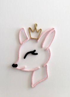 Délicate petite biche avec sa couronne. Parfait pour décorer la chambre de vos touts-petits, accompagner un prénom en tricotin ou décorer la salle de jeu. Fait de laine tricotée à la main et montée sur un fil métallique façonné et travaillé avec minutie. DIMENSION Environ 12 pouces de